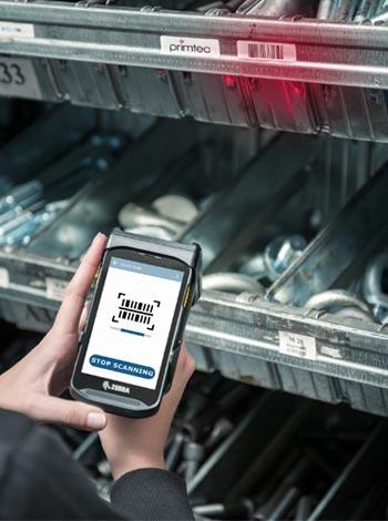 Barcode Scanner bei der Erfassung der gekennzeichneten Waren mit der primtec Applikation.